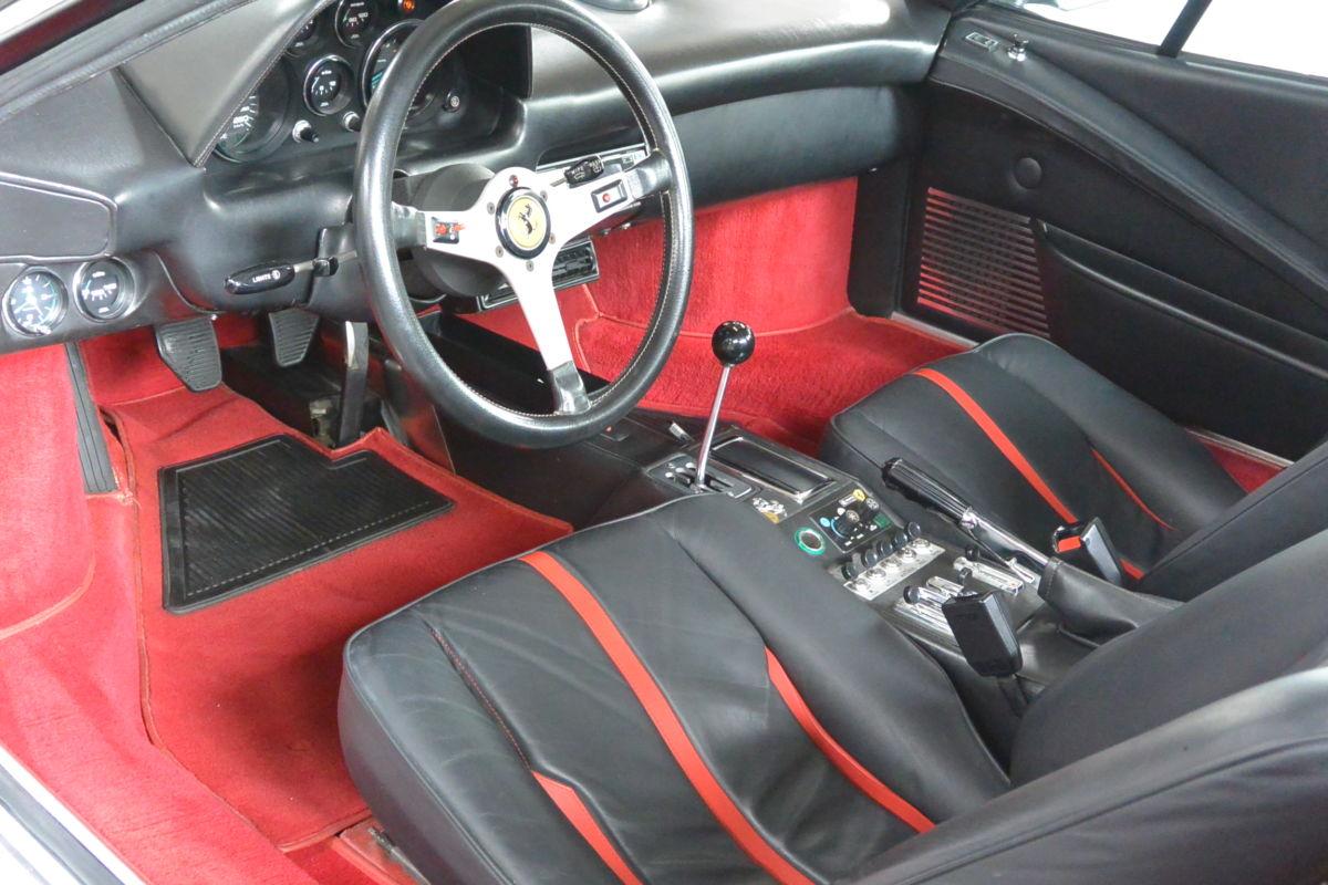 Monaco Motors München - Ferrari - Innenraum - Lenkrad - rot schwarz